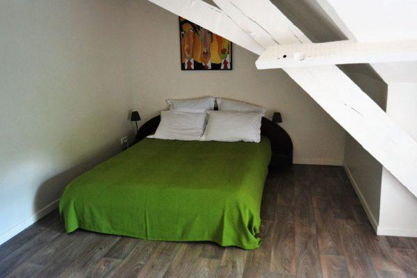 slaapkamer met dubbele bedden in gite Duras