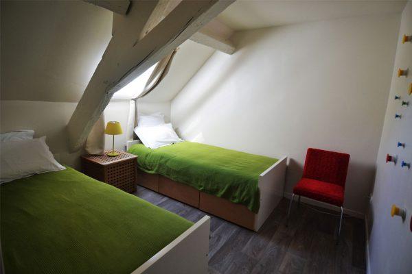 slaapkamer met enkele bedden in gite Duras