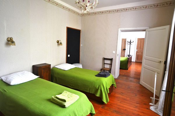 suitekamer met enkele bedden gastenkamer Negrette