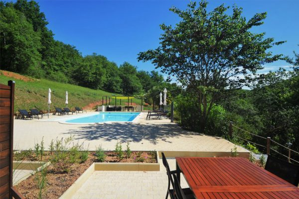 zicht op zwembad vanaf terras gite Malbec