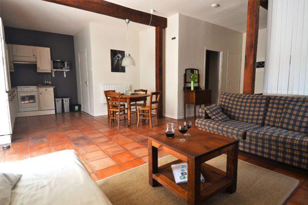 Zithoek, eethoek en keuken van gastenkamer Manseng Le Manoir Souillac