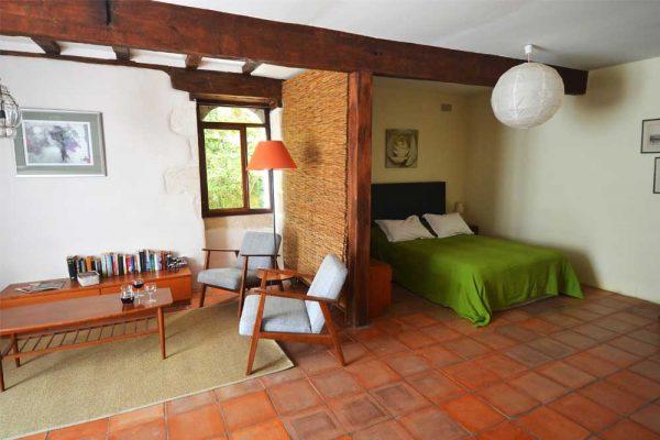 Zithoek en slaapruimte van gastenkamer Colombard Souillac
