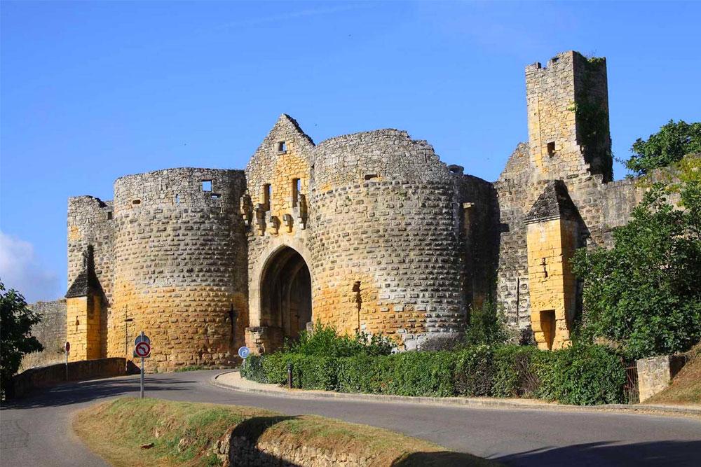Versterkte stadje Domme aan de Dordogne