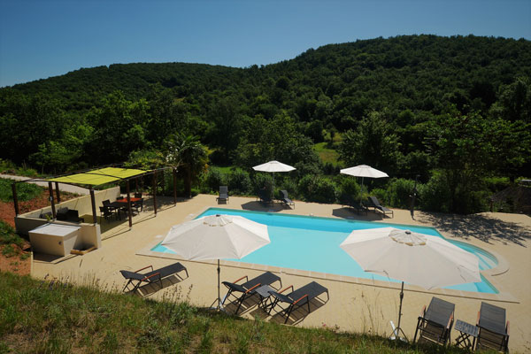 Le Manoir in Souillac, zicht op zwembad vanaf boventerras