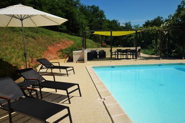 zwembad en pergola van Le Manoir in Souillac