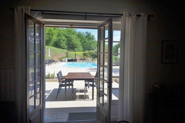 zicht op het zwembad vanuit een grote gite Le Manoir Souillac