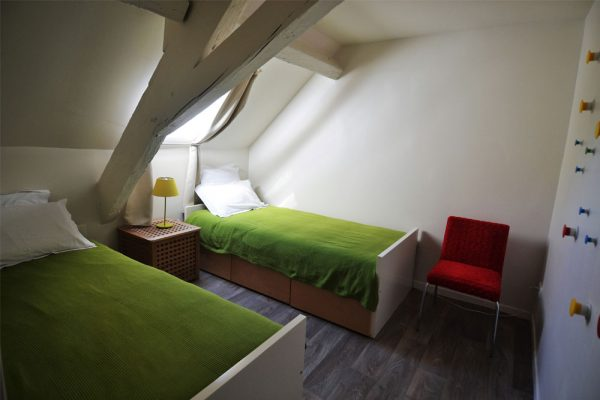bedroom with single bed in gite duras Le Manoir Souillac