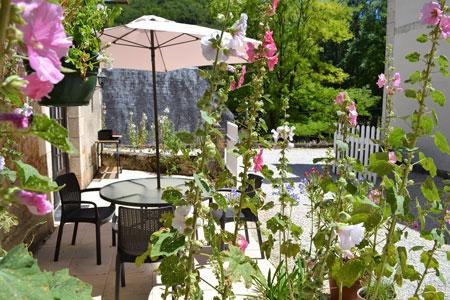 Le Manoir a Souillac, terrasse roses trémières gite manseng