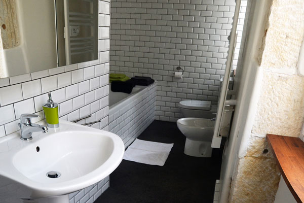 salle de bain avec baignoir de la chambre mauzac au Manoir Souillac