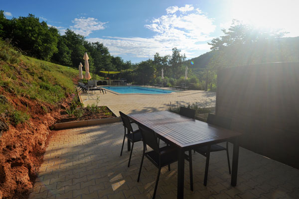soleil du matin sur la terrasse du gite Tannat Le Manoir Souillac