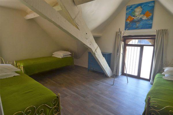 Slaapkamer met drie enkele bedden in gite Malbec Le Manoir Souillac
