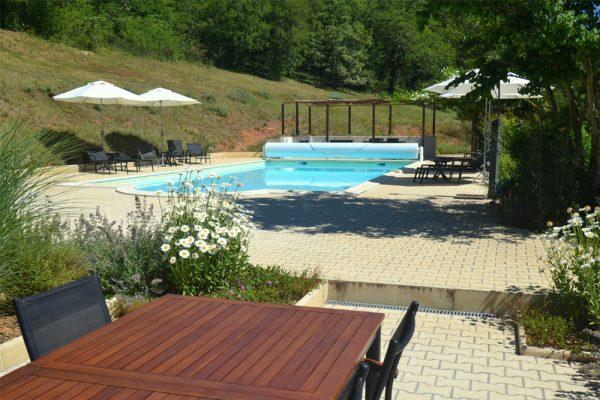 Zicht op het zwembad vanaf terras gite Malbec