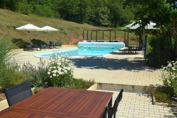 zicht op zwembad terras gite Malbec Le Manoir Souillac