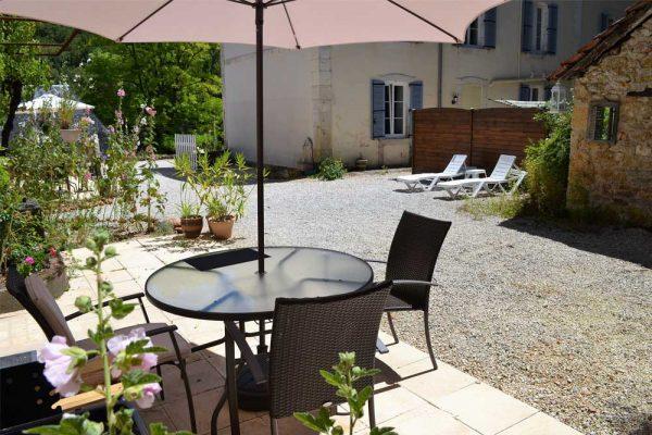 Blick von der Terrasse des Gästezimmers Colombard Le Manoir Souillac