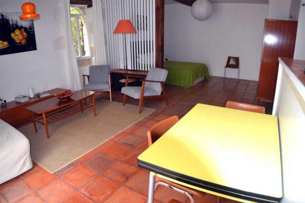 Sitz- und Essbereich des Gästezimmers Colombard Le Manoir Souillac