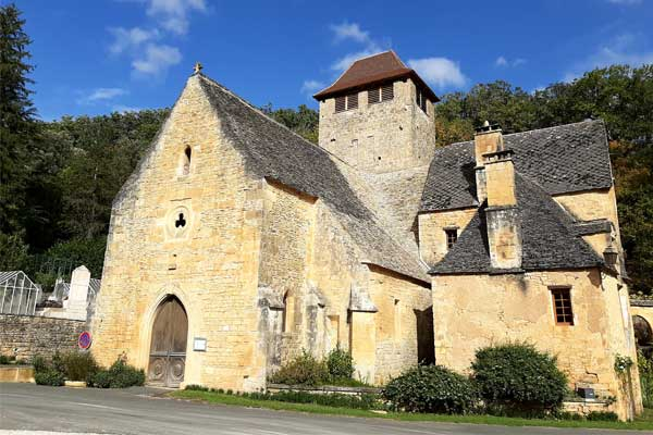 Zicht van wandeling vanaf Saint-Crépin-et-Carlucet: de kerk van Saint-Crépin